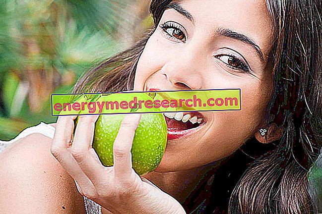 Omenat ja suuhygienia: Ovatko omenat hyvät hampaillesi?